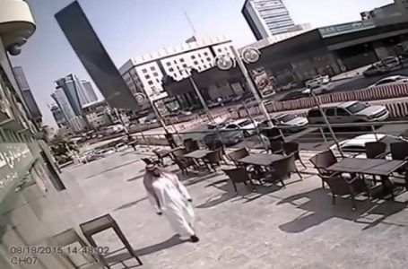 VIDEO: Saudita se salva de morir al caminar