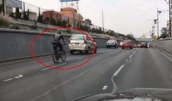 VIDEO: Ciclista sin casco irrumpe sobre viaducto