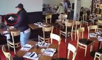 VIDEO: Con pistola, 'cliente' asalta restaurante