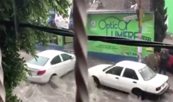 VIDEO: Lluvia provoca corrientes capaz de mover autos